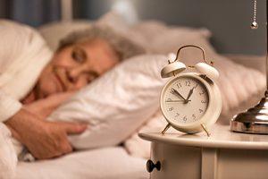 Seniorin schläft ruhig trotz Inkontinenz