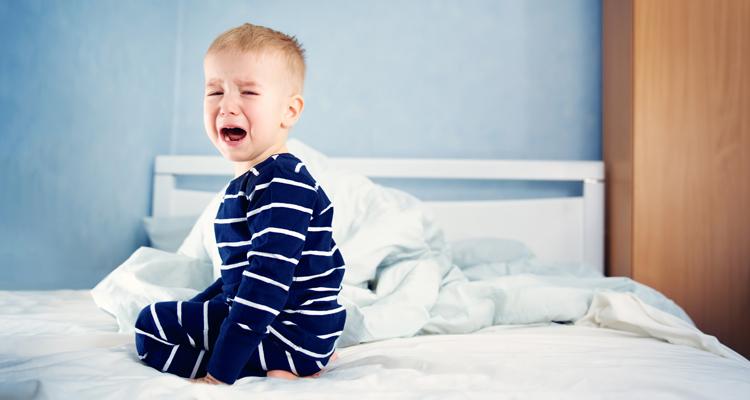 Bettnässen bei Kindern erfordert schützende Höschenwindeln