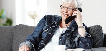 Seniorin mit Stressinkontinenz informiert sich bei Abena telefonisch.