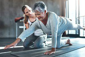 Beckenbodentraining: Frau trainiert ihre Beckenbodenmuskulatur