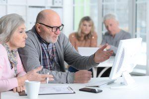 Senioren informieren sich online über Blasenschwäche
