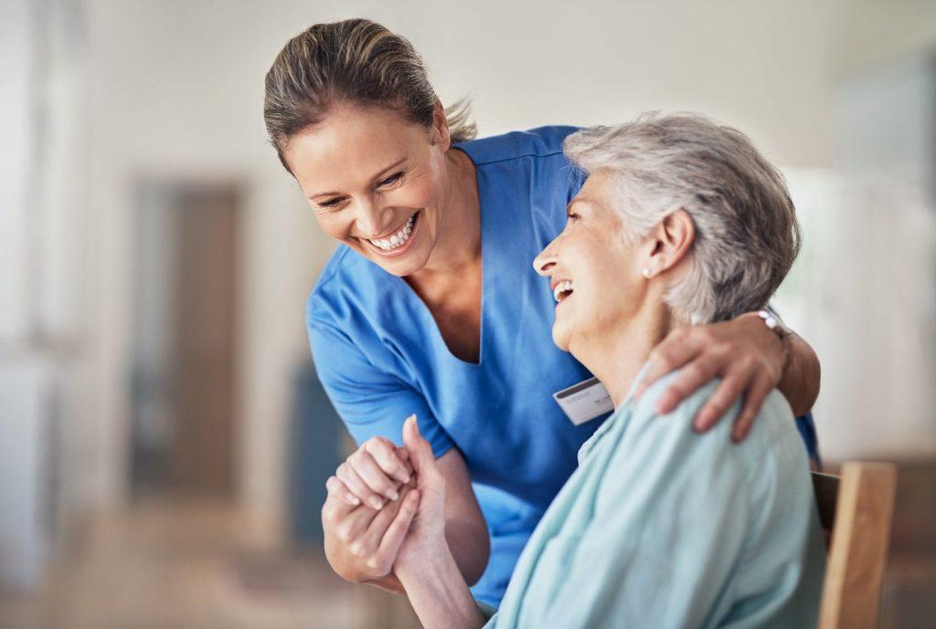 Smartphone mit Abena Nova für betreutes Wohnen für Senioren