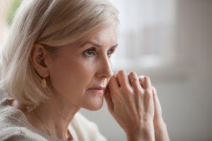 Seniorin sucht nach Inkontinenz Ursachen