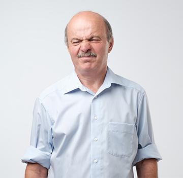 Mann leidet an Nachtröpfeln bei Prostataproblemen.