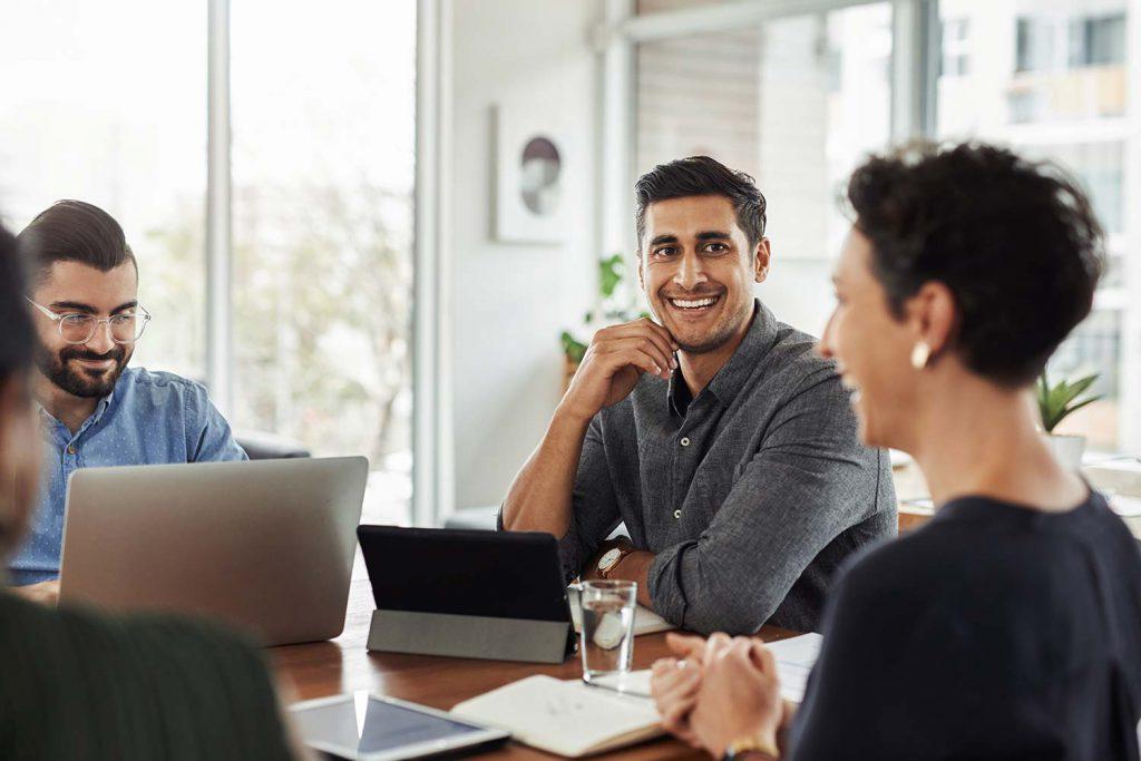 Soziale Verantwortung wird während eines Meetings besprochen.